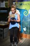 felicia med en kiwi